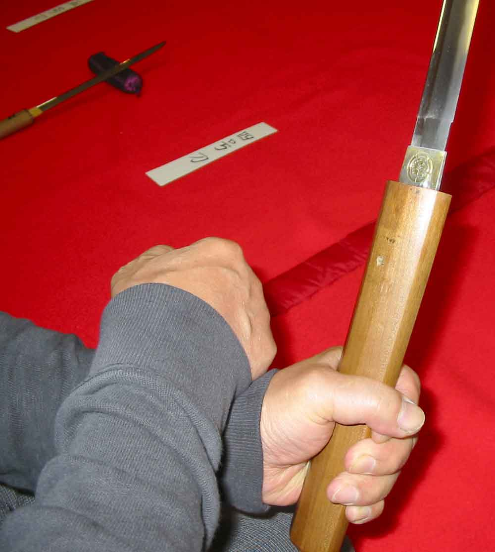 刀の柄から刀身を抜く