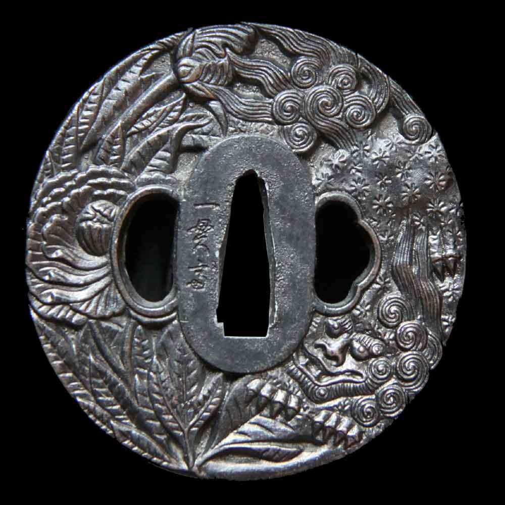 唐獅子牡丹を大きく描いた現代の鉄鍔で、一貫斎と銘があります
