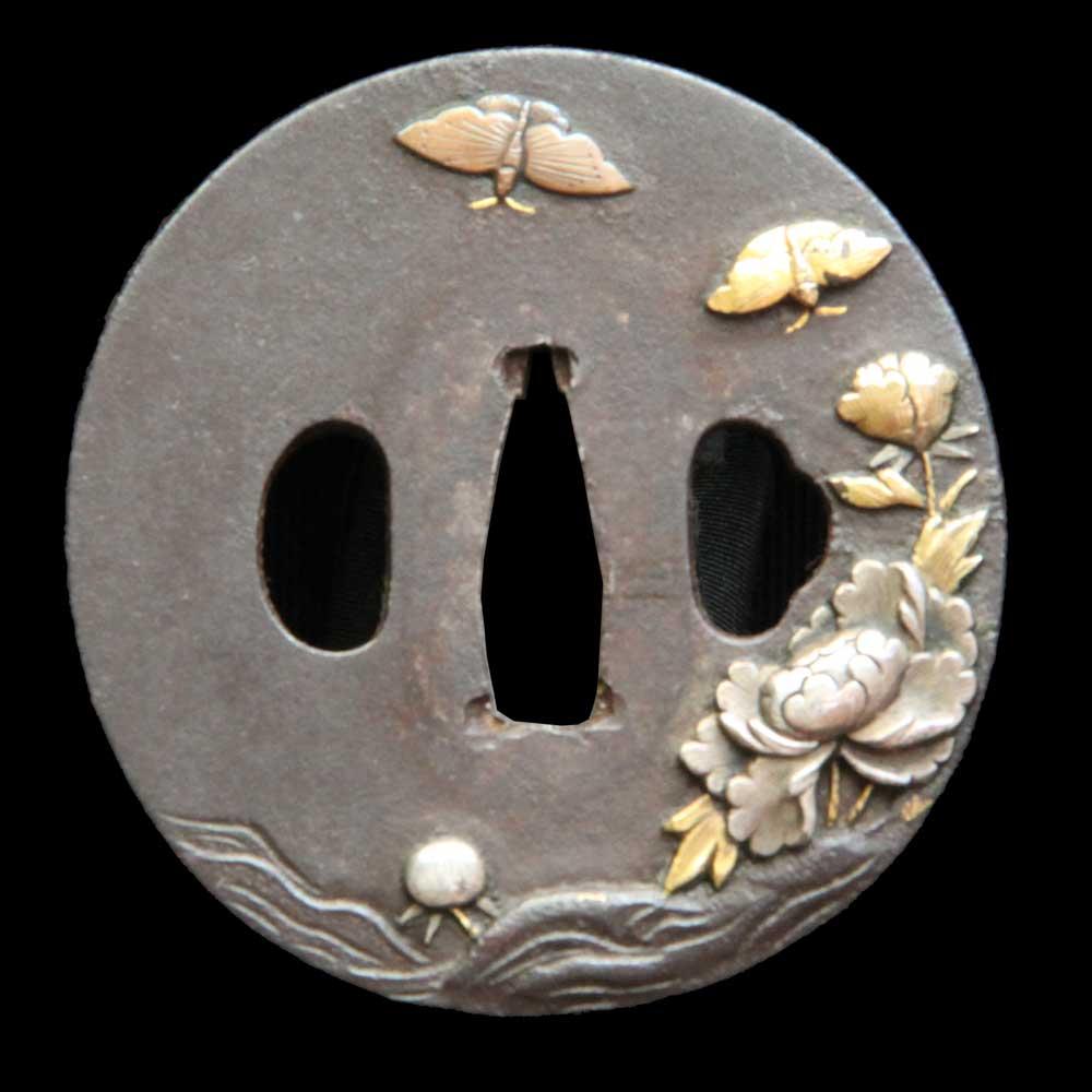 唐人と松透かしの干英子包教の在銘鍔です