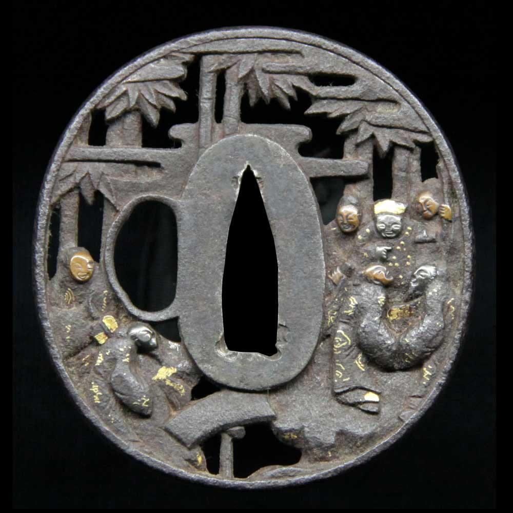 竹に唐人を描き透かし図とした無銘の鉄鍔です