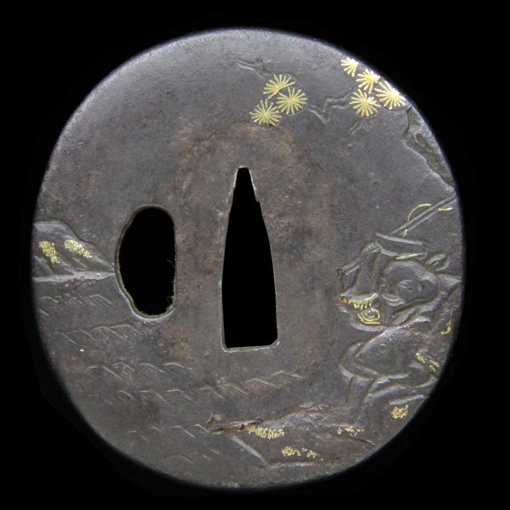 恵比寿図を鋤出彫りで表現した脇差用の鍔です