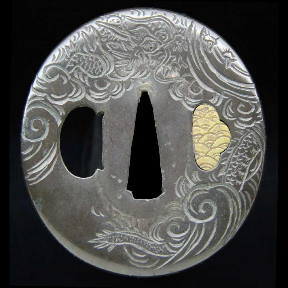 山銅地に毛彫りで雲龍図を彫った鍔です
